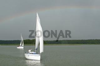 Regenbogen und Segelboot auf dem Loewentinsee in Masuren