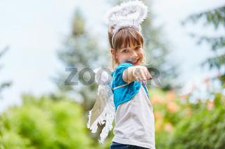 Mädchen mit Flügel und Heiligenschein