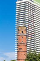 Ältester Leuchtturm in Deutschland in Travemünde vor einem Hotel
