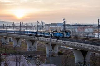 Ein Schnellzug verlaesst Prag