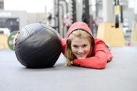 Frau mit Medizinball