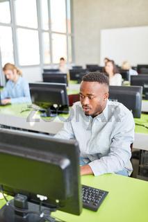 Afrikanischer Student beim E-Learning