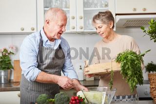Senioren Paar kocht ein gesundes Essen