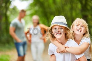 Glückliche Kinder auf einem Ausflug