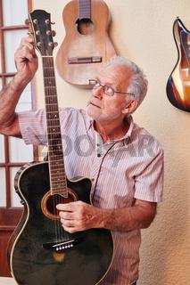 Meister bei der Feinabstimmung einer E-Gitarre