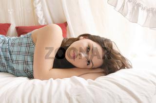 Junges Mädchen im Bett und träumt