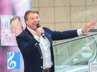 Schlagerstar Patrick Lindner bei einer Autogrammstunde am 13.02.2018 in Magdeburg