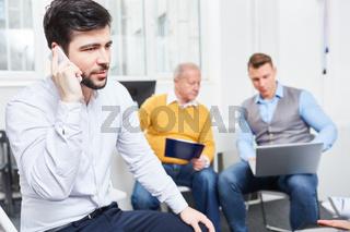 Geschäftsmann führt ein Telefonat