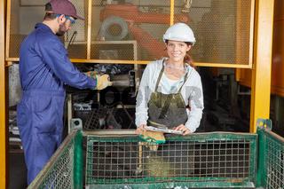 Lehrling in Gießerei kontrolliert die Produktion