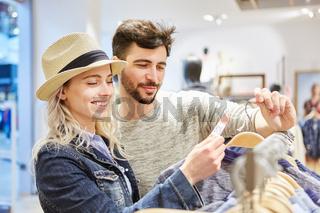 Junges Paar sucht nach reduzierter Mode