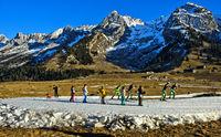 Gruppe Kinder beim Training auf Langlaufloipen aus Kunstschnee, Massif des Aravis,Savoyen,Frankreich