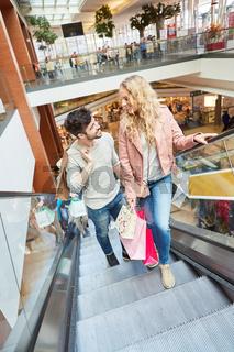 Shopping zusammen im Einkaufszentrum