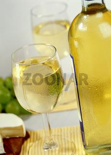 Weisswein und Kaese