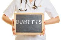 Arzt hält Tafel mit Diabetes