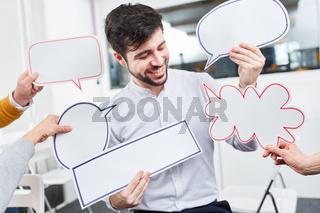 Sprechblasen vor Start-Up Mann im Workshop