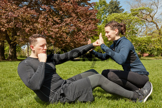 Mann macht Sit-Ups bei Personal Training