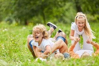 Geschwister spielen und toben mit ihren Eltern
