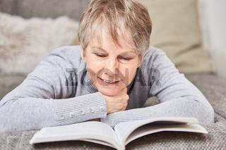 Seniorin liest ein spannendes Buch