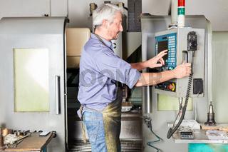 Maschinist bedient eine CNC Fräsmaschine