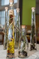 selbstgemachte Speiseöle mit eingelegten Gartenkräutern