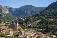 Teilansicht von Valdemoosa vor den Bergen des Tramuntanagebirges, Mallorca, Spanien, Europa