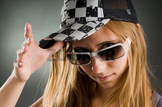 frau mit sonnenbrille und basecap