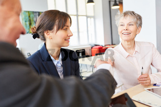 Geschäftsleute im Meeting beim handshake