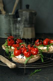 Toastbrötchen mit Frischkäse, Rucola und Tomaten