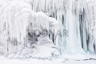 Eiszapfen an einem Fels, Tornetraesk, Lappland