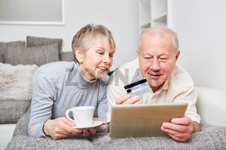 Senioren Paar beim einkaufen im Internet