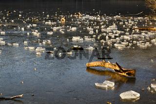 gefrorener See im Winter mit Eis
