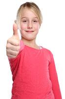 Kind Mädchen lachen glücklich Daumen hoch Freisteller freigestellt isoliert