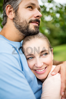 Glückliches Paar bei einer Umarmung