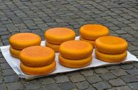Käseräder Stapel auf dem Käsemarkt