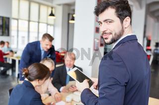 Mann als Berater mit einem Tablet Computer