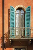 Fenster mit Fensterläden und Balkon, Verona, Italien