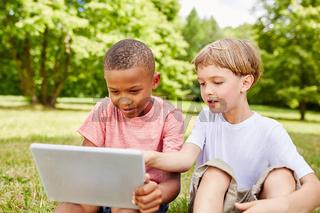 Zwei  Jungen nutzen das Internet