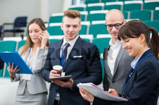 Gruppe junger Geschäftsleute beim Smalltalk
