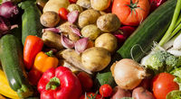 Gemüse in einer bunten Gruppe als sonniges Stilleben