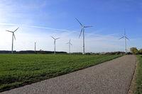 Windpark mit Stromleitungen