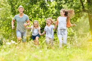 Familie und Kinder zusammen im Frühling