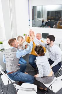 Business Team gibt sich ein High Five