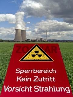 Kühltürme und Reaktor des KKW Grohnde