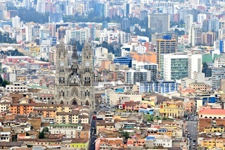 Quito Stadtansicht mit Kirche Iglesia de Santa Teresita in Ecuador