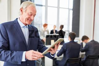 Älterer Unternehmer mit Tablet PC