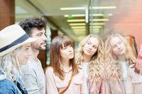 Gruppe Freunde beim Shopping zusammen