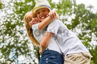 Bruder und Schwester umarmen sich glücklich