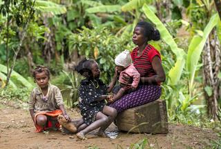 Mutter mit drei Kindern, Ambavaniasy, Madagaskar