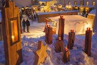 Romantischer Weihnachtsmarkt in Bayern mit Holzhütten im Schnee