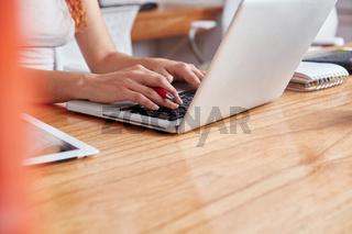 Frau in einer Schulung am Laptop